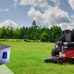 СИТЕ НА ЕДНО Возејќи батерии на тревникот